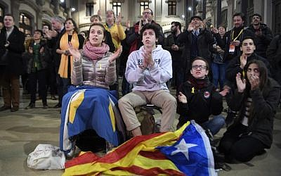 'Esquerra Republicana de Catalunya' - ERC (Republican Left of Catalonia) supporters watch polls results of the Catalan regional election at the North Station in Barcelona on December 21, 2017. (AFP/LLUIS GENE)