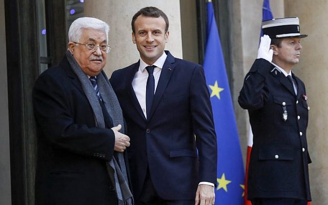 French president Emmanuel Macron (C) welcomes Palestinian Authority President Mahmoud Abbas (L) to the Elysee presidential palace in Paris for a meeting on December 22, 2017. (AFP Photo/Patrick Kovarik)