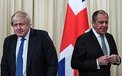 Russian Foreign Minister Sergei Lavrov (R) and British Foreign Secretary Boris Johnson arrive for a joint press conference following their meeting in Moscow on December 22, 2017. (AFP/Yuri Kadobnov)