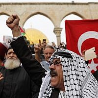 Muslim worshipers hold Palestinian and Turkish flags following Friday noon prayer in Jerusalem's Old City's Al-Aqsa mosque compound on the Temple Mount, December 22, 2017. (AFP Photo/Ahmad Gharabli)
