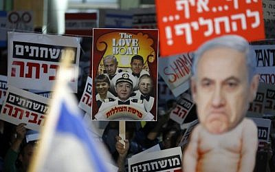 Israelis take part in a demonstration titled the 'March of Shame,' as they protest against Prime Minister Benjamin Netanyahu and government corruption in the coastal city of Tel Aviv on December 23, 2017. (AFP/JACK GUEZ)