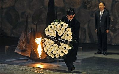 Japanese Foreign Minister Taro Kono lays a wreath at the Hall of Remembrance, during his visit to the Yad Vashem Holocaust Memorial museum in Jerusalem on December 25, 2017. (AFP PHOTO / MENAHEM KAHANA)