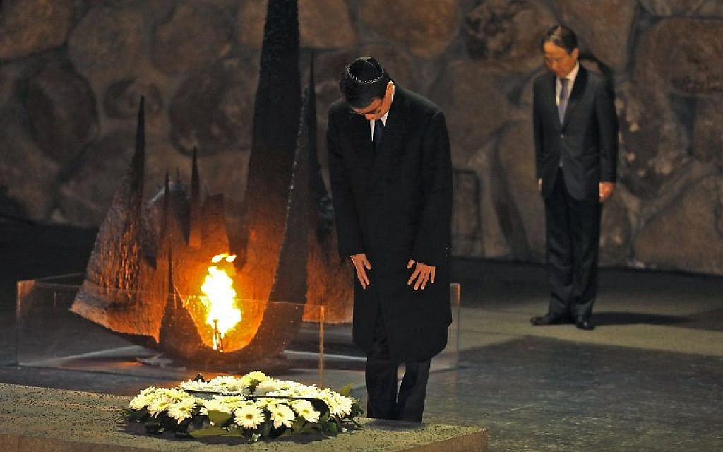 Japanese Foreign Minister Taro Kono pays his respects after laying a wreath at the Hall of Remembrance at the Yad Vashem Holocaust Memorial museum in Jerusalem on December 25, 2017. (AFP Photo/Menahem Kahana)