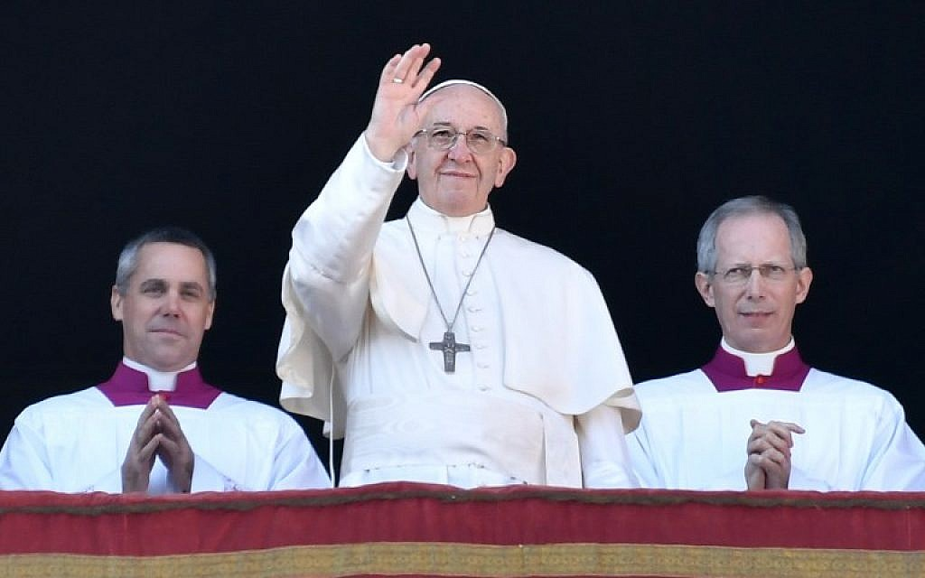 "Pope Francis (C) waves from the balcony of St Peter's basilica during the traditional ""Urbi et Orbi"" Christmas address and blessing given to the city of Rome and to the world, on December 25, 2017, at St Peter's square in Vatican. (AFP Photo/Andreas Solaro)"
