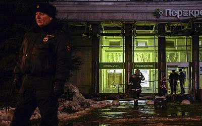 Firefighters and police officers work at the site of a blast in a supermarket in St. Petersburg on December 27, 2017. (AFP PHOTO / Olga MALTSEVA)