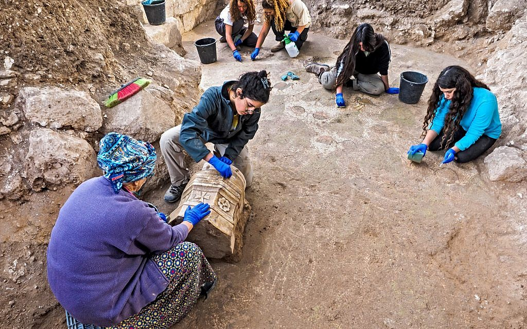 Volunteers and students excavating the mosaic floor at a Byzantine-period church complex found in Ramat Beit Shemesh, 2017. (Assaf Peretz, Israel Antiquities Authority)