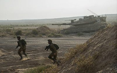 Illustrative. IDF soldiers train next to a tank at the Tzeelim army base in southern Israel on August 19, 2015. (Israel Defense Forces/Flickr)