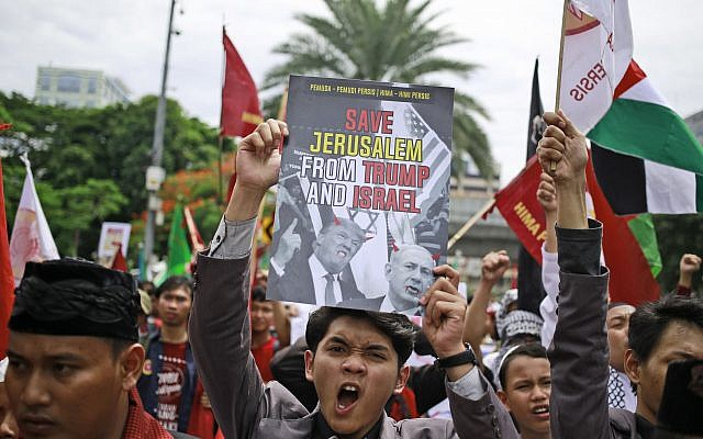 Protesters shout slogans during a rally outside US Embassy in Jakarta, Indonesia, December 11, 2017. (AP Photo/Dita Alangkara)