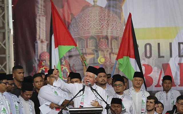 Malaysia Prime Minister Najib Razak, center, speaks during a rally at the Putra Mosque in Putrajaya, Malaysia, December 22, 2017. (AP Photo/Vincent Thian)