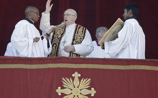 Pope Francis delivers the Urbi et Orbi (Latin for ' to the city and to the world' ) Christmas' day blessing from the main balcony of St. Peter's Basilica at the Vatican, Monday, December 25, 2017. (AP Photo/Alessandra Tarantino)