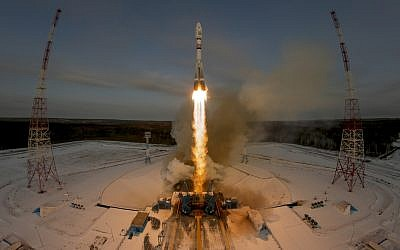 In this November 28, 2017 photo, a Russian Soyuz 2.1b rocket carrying the Meteor M satellite and additional 18 small satellites lifts off from the launch pad at the new Vostochny cosmodrome outside the city of Tsiolkovsky. (AP Photo/Dmitri Lovetsky)
