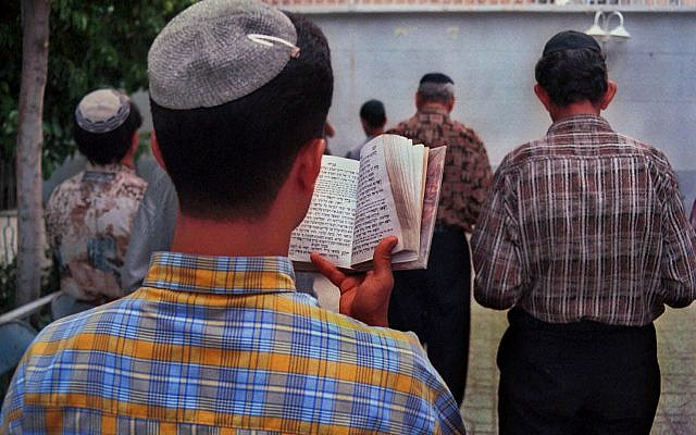 An Iranian Jewish youth group prays at the Rabeezadeh Synagogue in Shiraz in southern Iran, April 12, 2000. (AP Photo/Vahid Salemi)