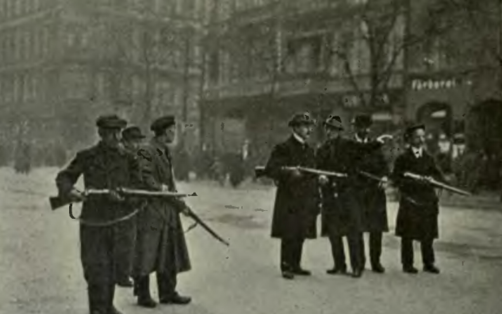 Spartacist irregulars holding a street in Berlin during the uprising in 1919. (Public domain)