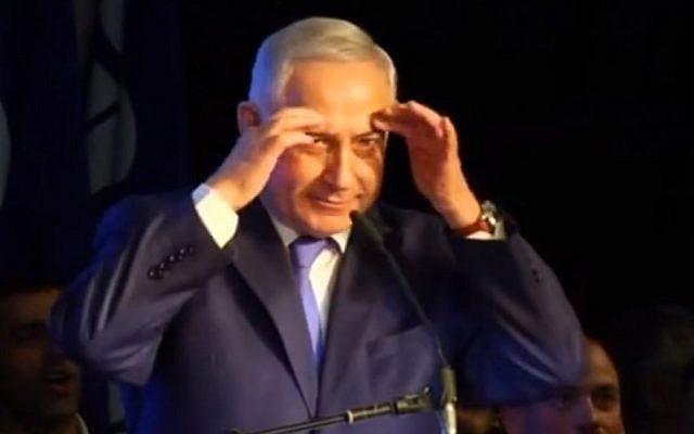 Prime Minister Benjamin Netanyahu mocking veteran Israeli journalist Moshe Nussbaum during a rally with Likud supporters, in Tel Aviv, on December 19, 2017. (Screen capture: YouTube)