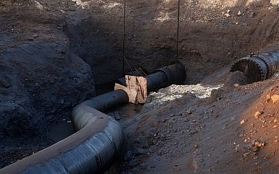 View of the oil leak from a pipe of the Eilat Ashkelon Pipeline Company in the Arava area of South Israel, on December 9, 2014. (Marc Israel Sellem/Jerusalem Post/POOL)