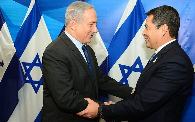 Prime Minister Benjamin Netanyahu meets with Honduran President Juan Orlando Hernandez in Jerusalem, on October 29, 2015. (Kobi Gideon/GPO/Flash90)