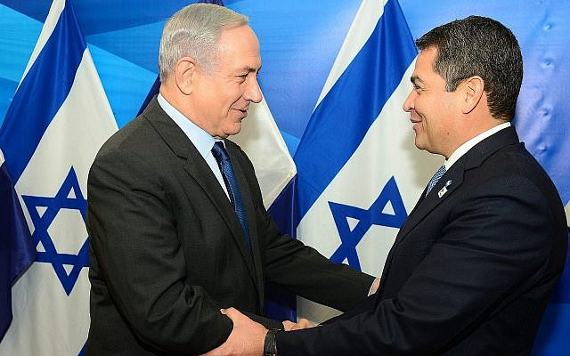 Prime Minister Benjamin Netanyahu (left) meets with Honduran President Juan Orlando Hernandez in Jerusalem, on October 29, 2015. (Kobi Gideon/GPO/Flash90)