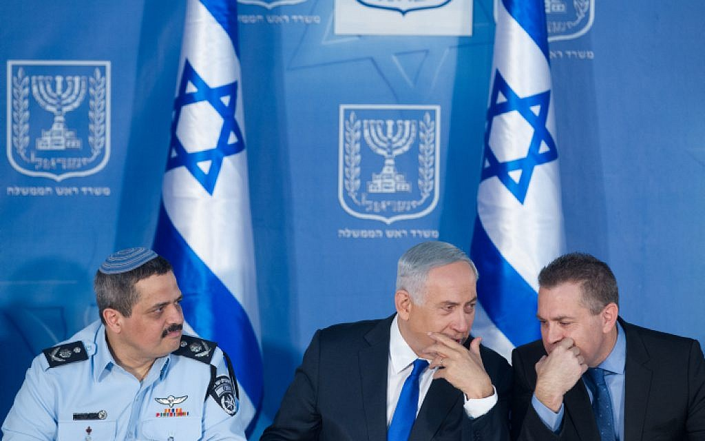 Chief of Police Roni Alsheich (left), Prime Minister Benjamin Netanyahu (C) and Minister of Public Security Gilad Erdan at a welcoming ceremony held in Alsheich's honour, at Prime Minister Benjamin Netanyahu's office in Jerusalem, on December 3, 2015. (Miriam Alster/FLASH90)
