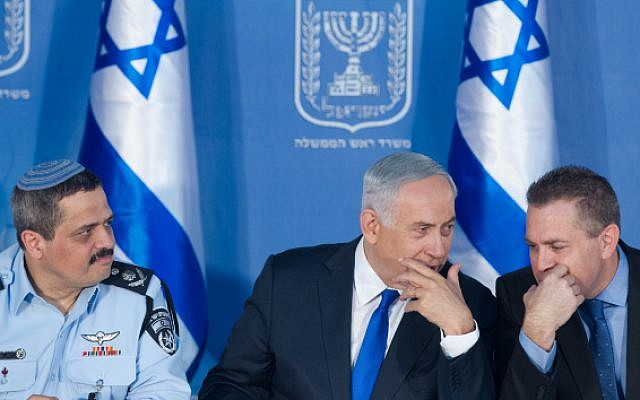 Police Chief Roni Alsheich (left), Prime Minister Benjamin Netanyahu (C) and Public Security Minister Gilad Erdan at a welcoming ceremony held in Alsheich's honour, at Prime Minister's office in Jerusalem, on December 3, 2015. (Miriam Alster/FLASH90)