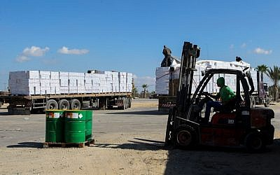 Palestinian trucks loaded with supplies enter the southern Gaza Strip from Israel through the Kerem Shalom crossing in Rafah, on November 1, 2017. (Abed Rahim Khatib/ Flash90)