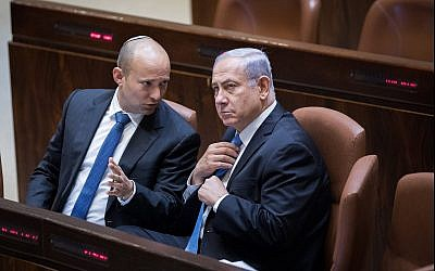 Prime Minister Benjamin Netanyahu (right) speaks with Education Minister Naftali Bennett on November 13, 2017. (Yonatan Sindel/Flash90)