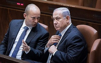 Prime Minister Benjamin Netanyahu (right) speaks with Education Minister Naftali Bennett on November 13, 2017, in the Knesset. (Yonatan Sindel/Flash90)