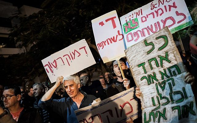 Protesters take part in the anti-corruption 'march of shame' in Tel Aviv on December 2, 2017. (Tomer Neuberg/Flash90)