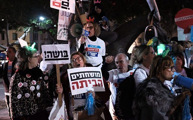 Israelis attend a protest against government corruption in Tel Aviv on December 9, 2017. (Tomer Neuberg/Flash90)
