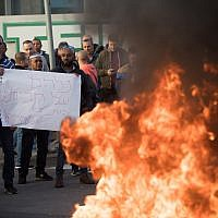 Teva workers protest against company plan to lay off hundreds of employees by blocking the Begin highway in Jerusalem, December 17, 2017. Yonatan Sindel/Flash90)