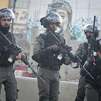 Israeli border police face Palestinian protesters at the Qalandiya checkpoint near the West Bank city of Ramallah on December 15, 2017, (Flash90)