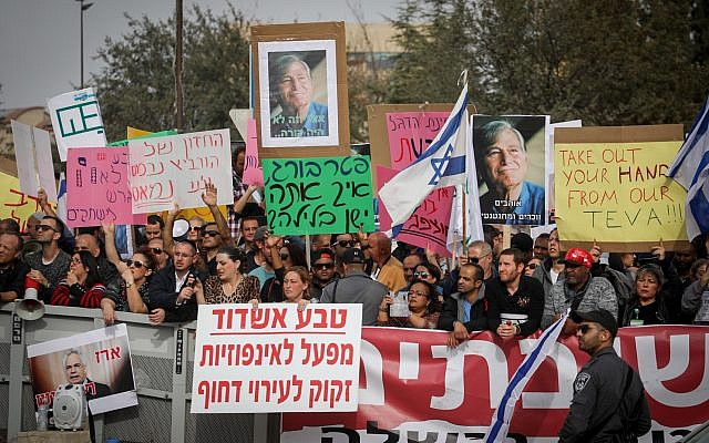Teva employees and their families demonstrate outside the Prime Minister's Office in Jerusalem over the company's plan to lay off some 1,700 employees, on December 19, 2017. (Hadas Parush/Flash90)