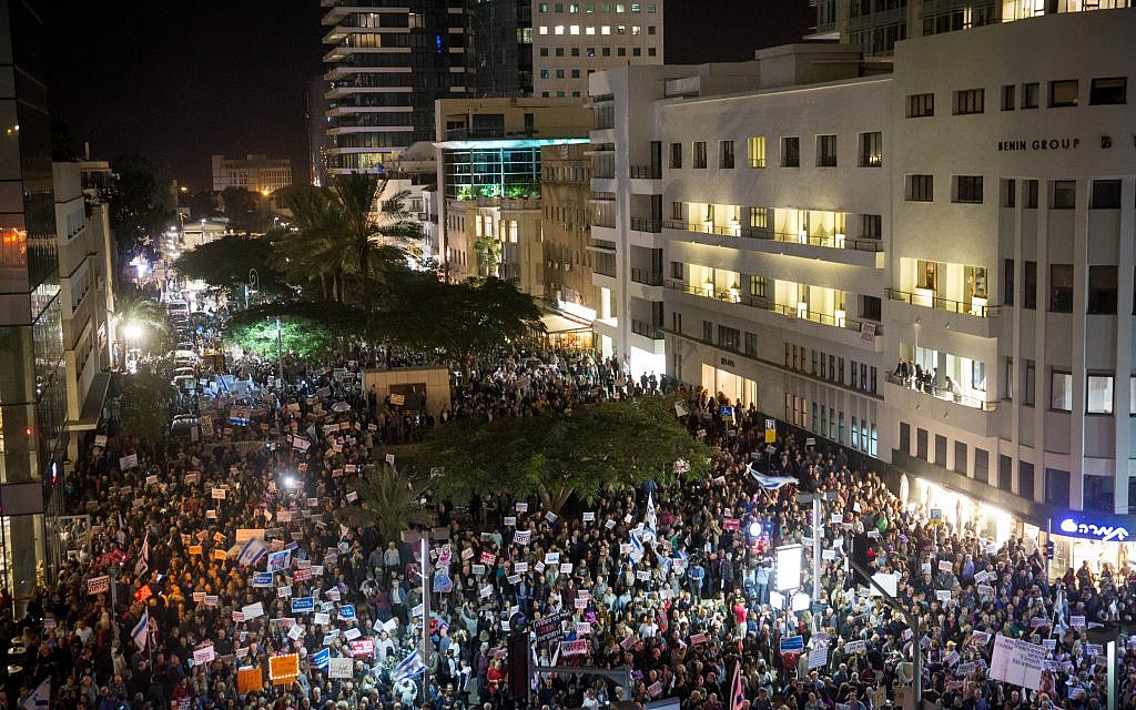 Israelis holding signs and shout slogans during a protest against corruption, in Tel Aviv on December 23, 2017. Ph( Miriam Alster/Flash90)
