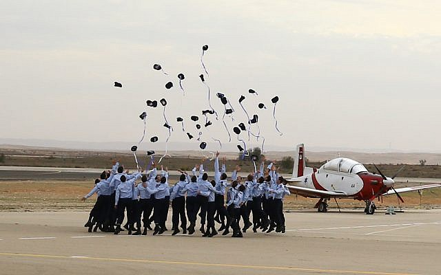 A graduation ceremony for Israeli soldiers who completed the IAF Flight Course, at the Hatzerim Air Base in the Negev desert, December 27, 2017 ( Flash90)