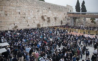 Thousands people gather at the Western Wall in Jerusalem's Old City to pray for rain, December 28, 2017. (FLASH90)