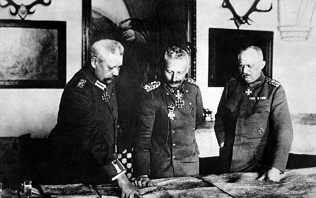 General Paul von Hindenburg, Kaiser Wilhelm II, and General Erich Ludendorff in German headquarters, January 1917. (Public domain)