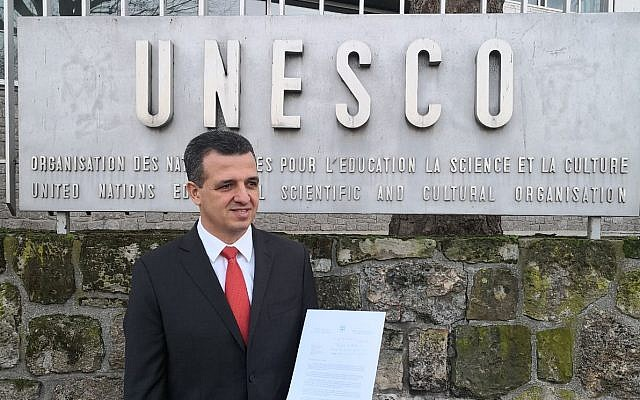 Israel's envoy to the UNESCO, Carmel Shama-Hacohen, attempts to deliver official papers announcing Israels withdrawal from the cultural organization, December 28, 2017. (Courtesy)