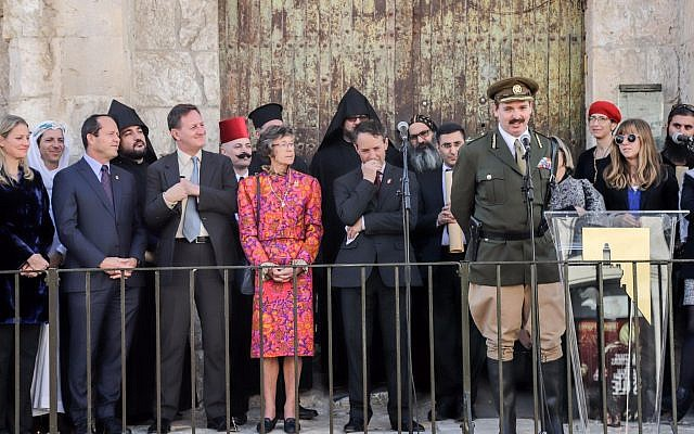 "In a humorous moment during the centennial reenactment of General Allenby's proclamation, actor playing General Allenby announces he is ""returning the key to Jerusalem"" to the city's current mayor, Nir Barkat, December 11, 2017 (Ricky Rackman)"