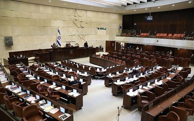 An MK speaking to almost nobody during a Knesset filibuster, on December 27, 2017. (Noam Rivkin Panton/Knesset spokesperson)