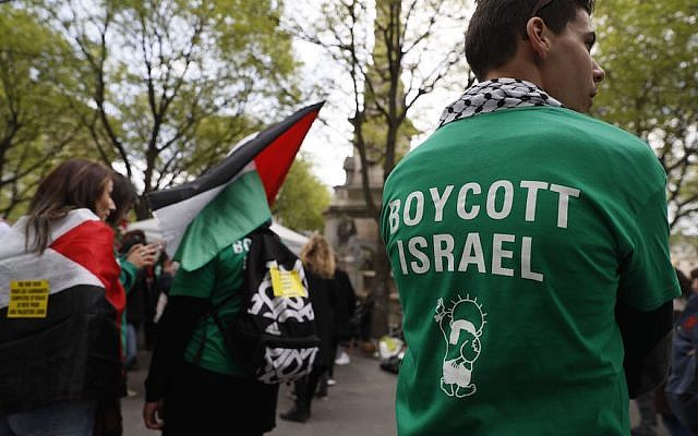 Protesters on the Place du Chatelet in Paris demonstrating against Israel, April 1, 2017. (Thomas Samson/AFP/Getty Images via JTA)