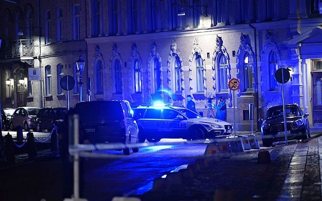 Police arrive after a synagogue was attacked in a failed arson attempt in Gothenburg, Sweden, on December 9, 2017. (ADAM IHSE/AFP)