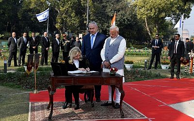 Prime Minister Benjamin Netanyahu, center, together with his wife Sara Netanyahu, seated, and Indian Prime Minister Narendra Modi, right, during the dedication of Haifa Chowk Square, Delhi, India, January 14, 2018. (Avi Ohayon/GPO)