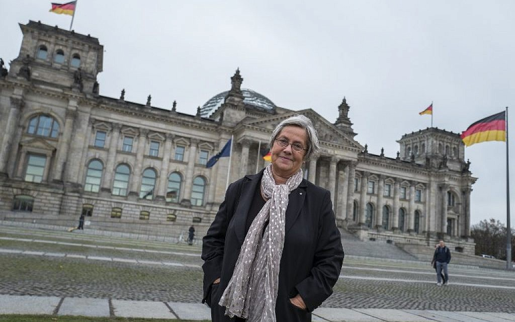 Karin Felix, who served as a guide at the Reichstag parliament building for a quarter-century, poses in front the Reichstag builing in Berlin on November 23, 2017.  (AFP PHOTO / John MACDOUGALL)