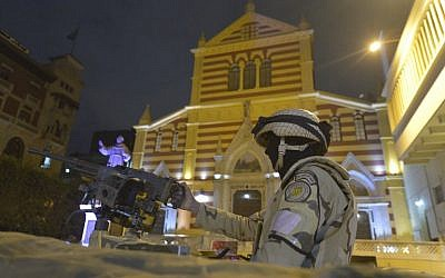 An Egyptian soldier stands guard outside the Saint Joseph Catholic Church ahead of New Year's Eve mass in Cairo on December 31, 2017. (AFP PHOTO / KHALED DESOUKI)