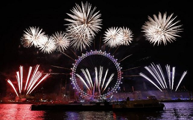 Fireworks explode around the London Eye during New Year's celebrations in central London just after midnight on January 1, 2018. (AFP PHOTO / Tolga AKMEN)
