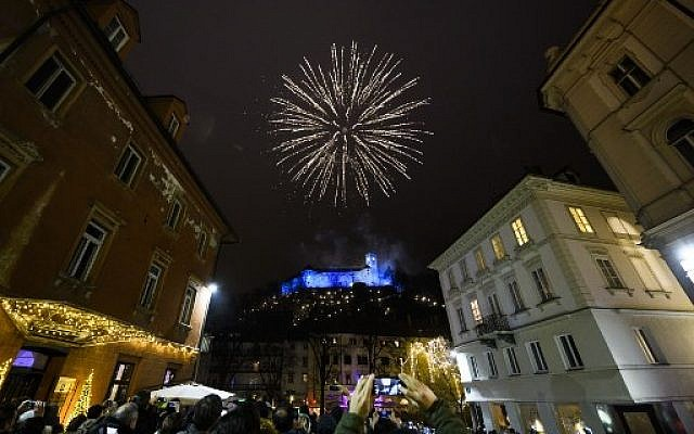 Fireworks explode above Ljubljana castle during New Year's celebrations just after midnight in Ljubljana, Slovenia on January 1, 2018.(AFP PHOTO / Jure Makovec)