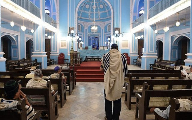 Members of the Indian Jewish community attend a morning prayer service at the Magen David Synagogue in Mumbai, January 9, 2018. (AFP Photo/Indranil Mukherjee)
