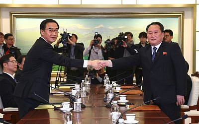 South Korea Unification Minister Cho Myung-Gyun (L) shaking hands with North Korean chief delegate Ri Son-Gwon (R) during their meeting at the border truce village of Panmunjom in the Demilitarized Zone (DMZ) dividing the two Koreas, January 9, 2018. (AFP Photo/Korea Pool)
