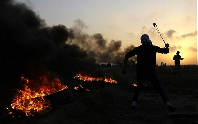 Palestinians clash with Israeli security forces on the eastern outskirts of Gaza City, near the border with Israel, on January 12, 2018. (AFP Photo/Mohammed Abed)