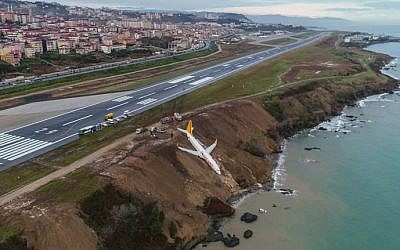 A Pegasus Airlines Boeing 737 passenger plane is seen struck in mud on an embankment, a day after skidding off the airstrip, after landing at Trabzon's airport on the Black Sea coast on January 14, 2018. (AFP PHOTO / IHLAS NEWS AGENCY / STRINGER )