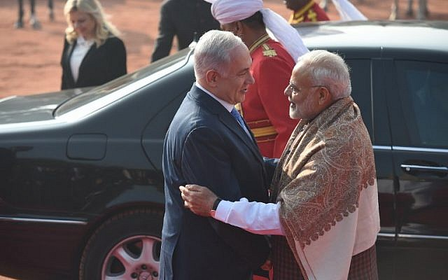 The Indian Prime Minister Narendra Modi (R) welcomes the Prime Minister of Israel Benjamin Netanyahu (C) and his wife Sara Netanyahu (L back) during a ceremonial reception at the presidential palace in New Delhi on January 15, 2018.(AFP PHOTO / Prakash SINGH)